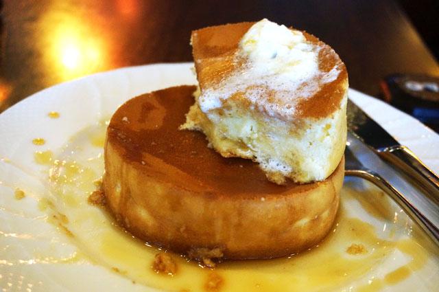 星乃珈琲のスフレパンケーキ ダブル 食事中