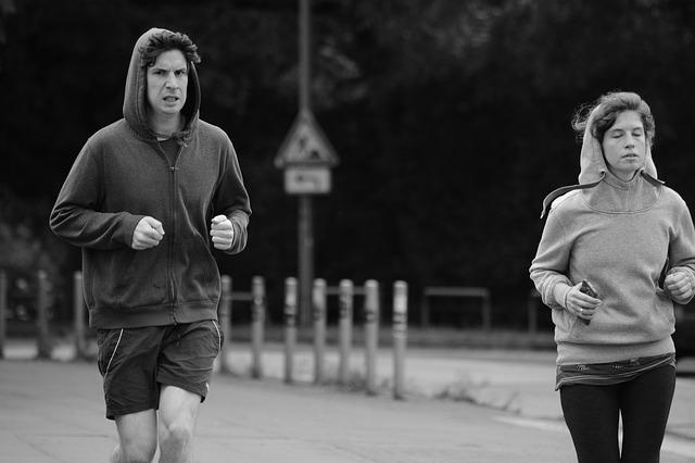 ジョギング中の男女