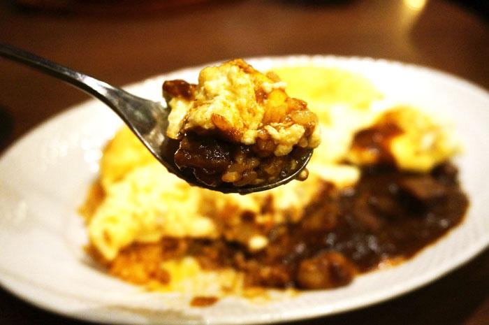 星乃珈琲のスフレ卵のオムライス ビーフとマッシュルームのデミグラスソースを食事中