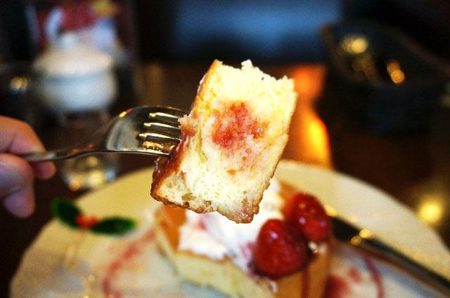 星乃珈琲のクリスマススフレパンケーキを食事中