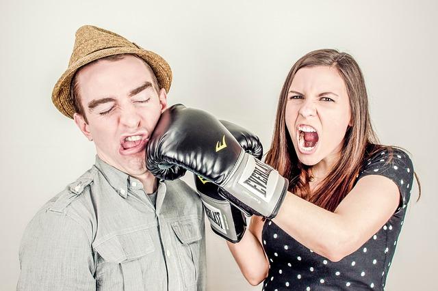 男女がボクシンググローブで戦う