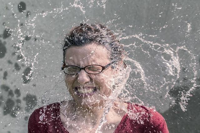 水で眠気を冷ます女性