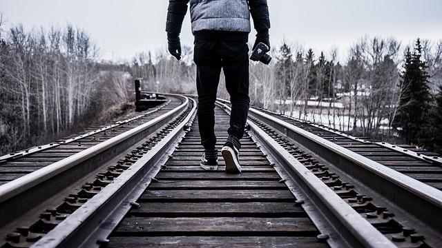 線路の上を散歩中