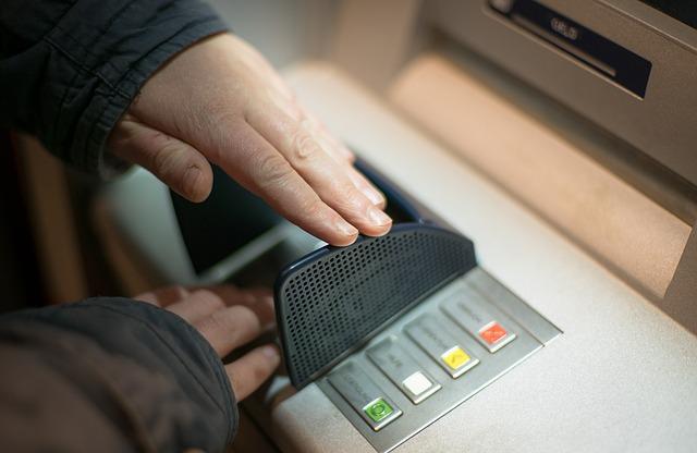 ATMで現金引き出し