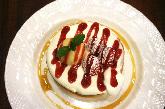 星乃珈琲の春メニュー,苺とふんわりクリームのスフレパンケーキ