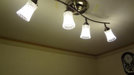 やっぱり明るい電球色ですね!
