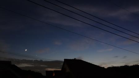 日没後の薄暗い空