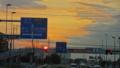 [夕日][そら]歩道橋に隠れそうな夕陽