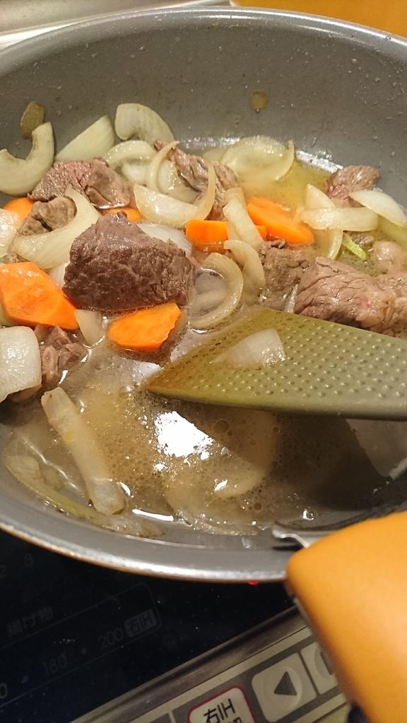 ビーフシチューを鍋で煮込む