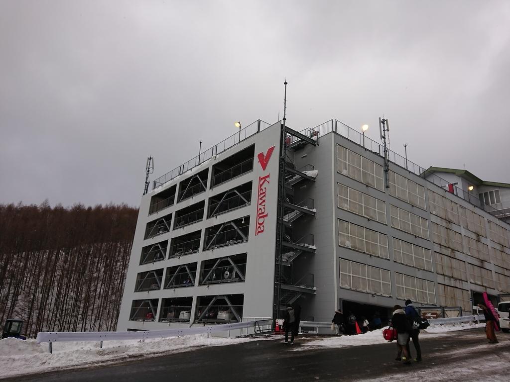川場スキー場の立体駐車場外観