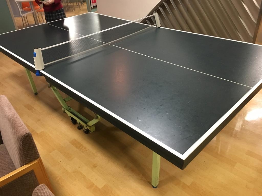 食堂内の卓球台