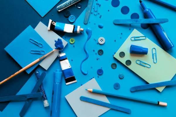 【タイトル用】パレットに塗られた青い絵の具・塗料
