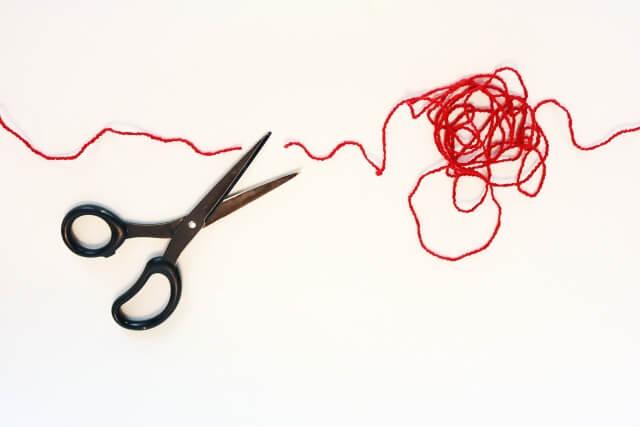 赤い糸をハサミで切る