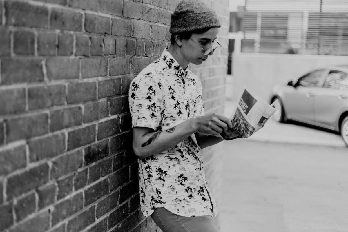 新聞を読んでいる成人男性