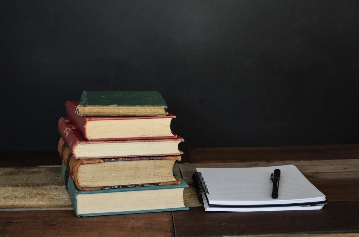 本とノートを使って勉強している