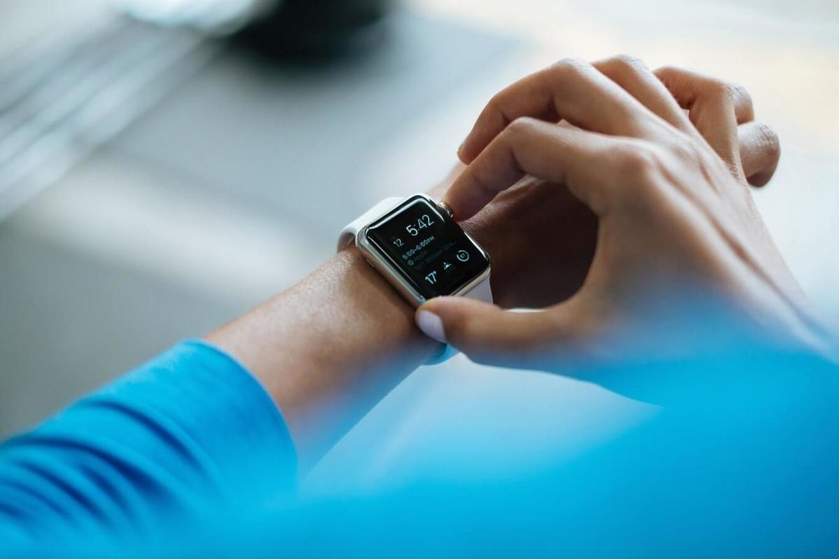 Apple Watchで時間を確認している