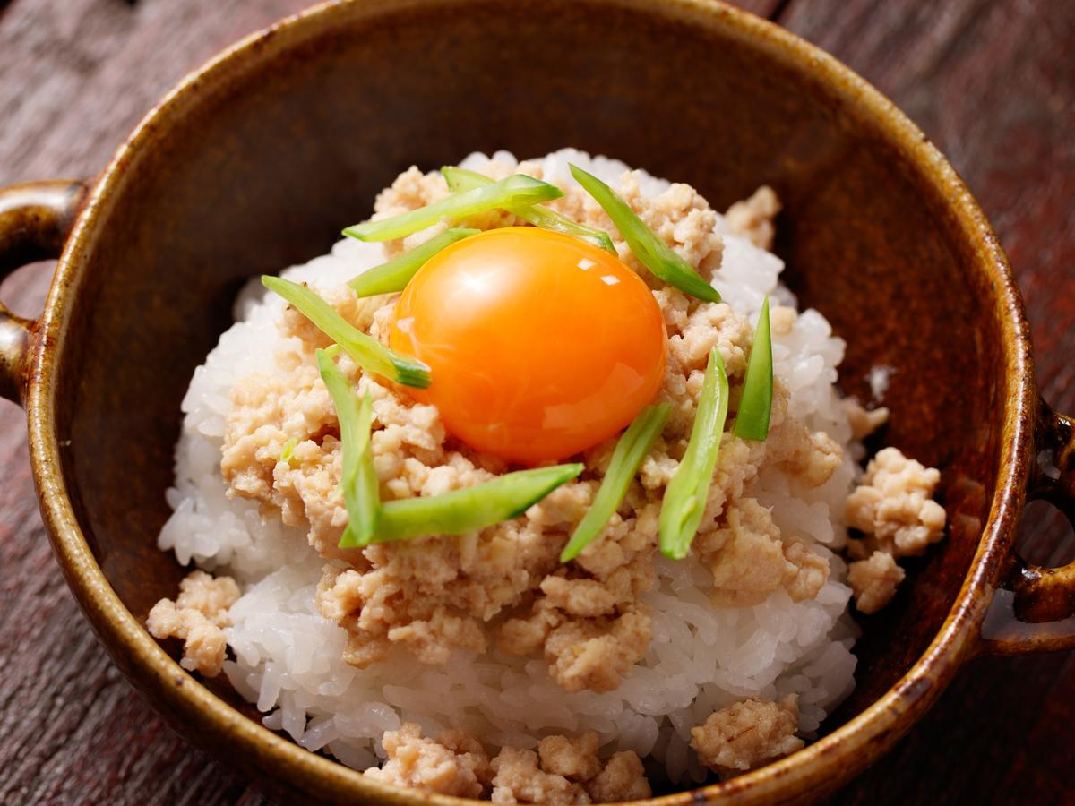 【メシ通のリモートめし】10分で調理して作り置きできる「しっとり鶏みそそぼろ」で鉄板の丼ができた【Yuu】