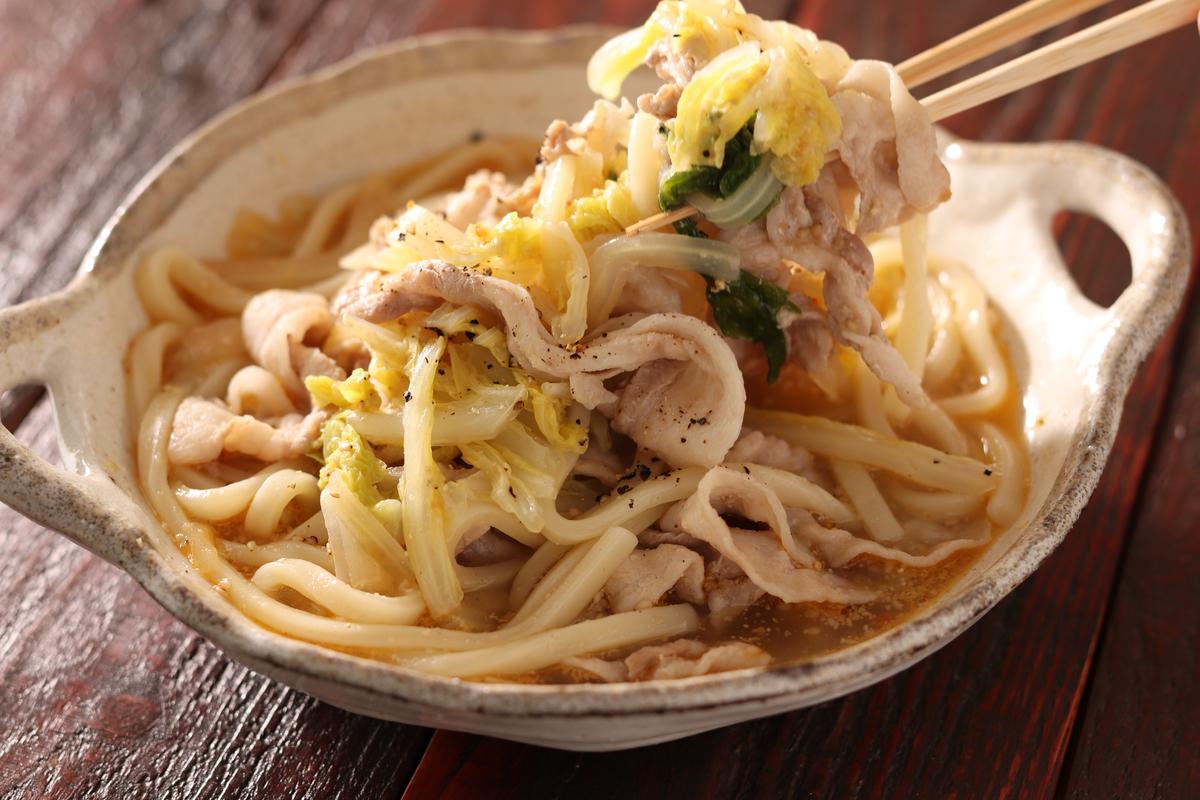 豚バラ肉の旨味が溶け出てる「白菜と豚バラのピリ辛ごまみそうどん」は鍋に材料を重ねて煮るだけ【Yuu】