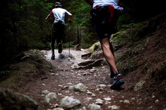 山道を登る人