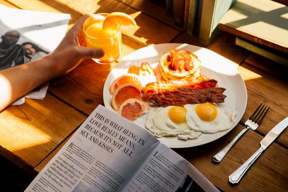朝食を食べる人
