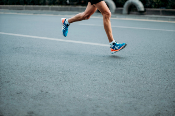 コンクリートの上を走っている人