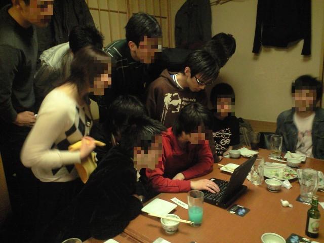 第一回卒研発表会懇親会にてryo_gridに群がる聴衆