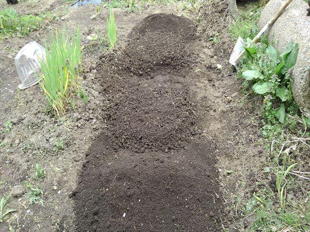 メロン用の土(下に篩い上の大きな団粒の土)