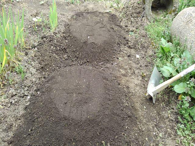 メロン用の土(篩い下の細かい土で覆う)