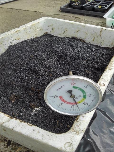 スギナ入りぼかし肥にもみ殻燻炭を投入