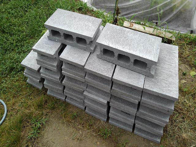 ニワトリ小屋の基礎用のブロック