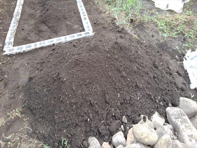 ニワトリ小屋予定場所の開墾で出てきた土