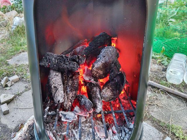 レジャーかまどで焼きイモ作り