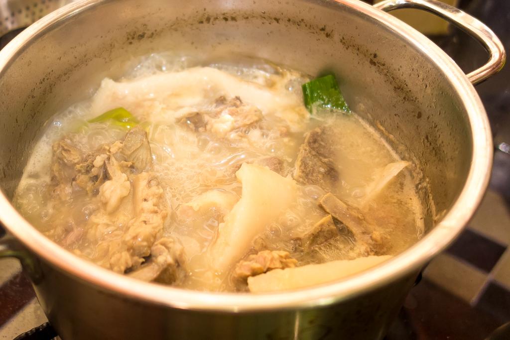 豚骨スープを作る