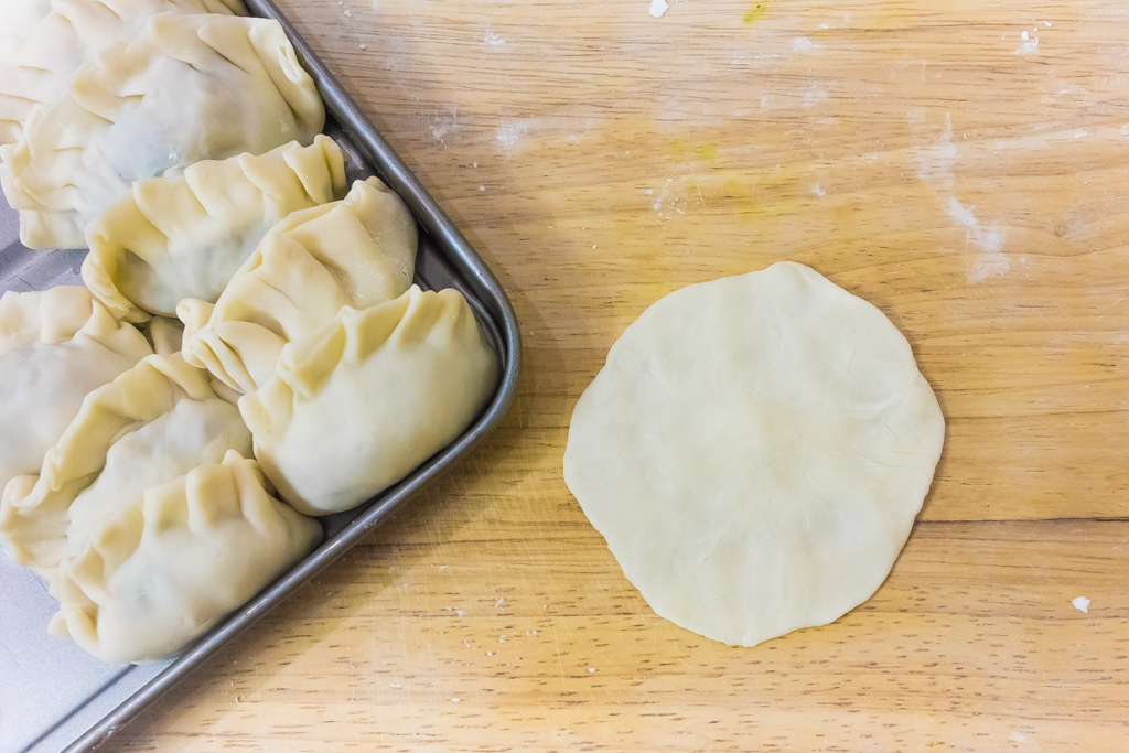 作りかけの餃子の皮と包み終わった餃子