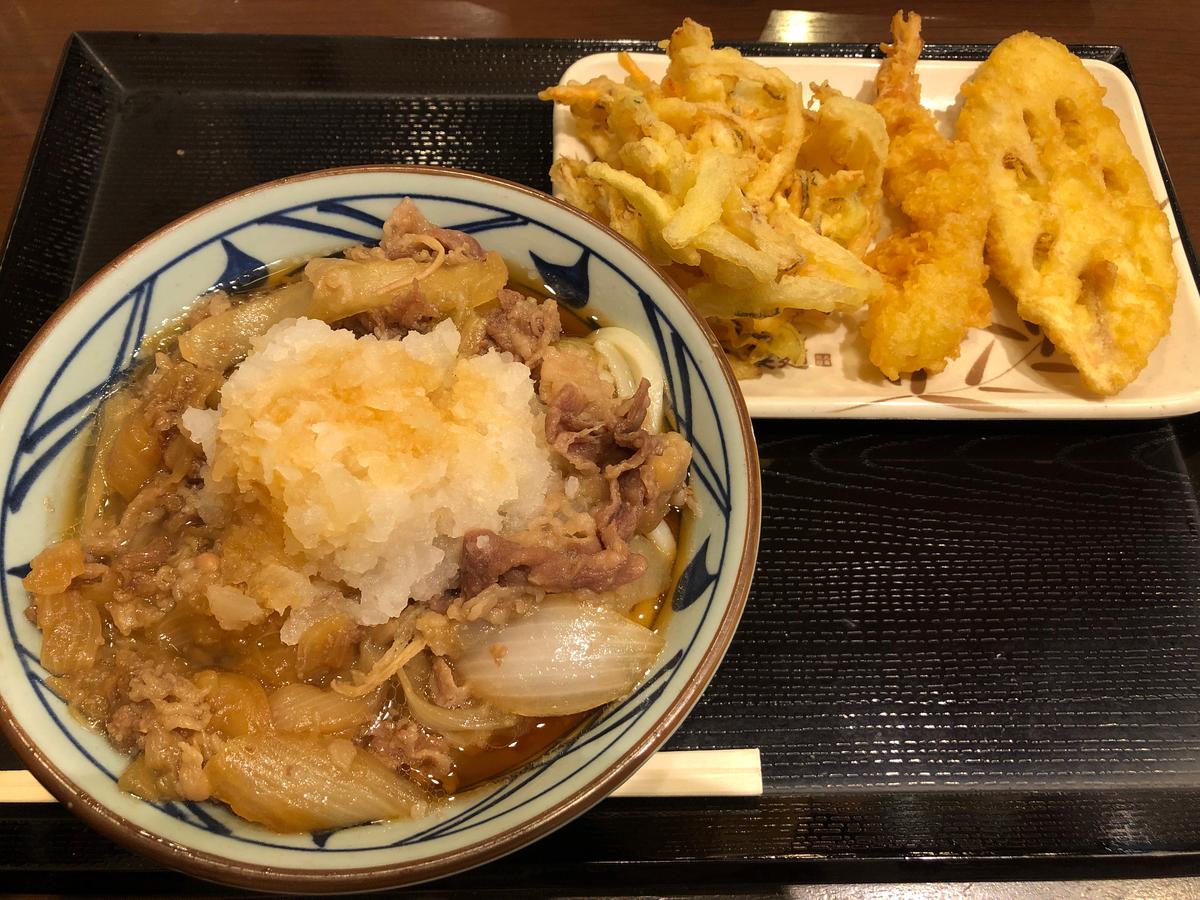 鬼おろし肉ぶっかけ、とかいう変な名前のうどんが写真に見えますがそれ頼んだのかなあ。神田小川町店の丸亀製麺。ま、でも間違いなく肉うどんではあるよね?