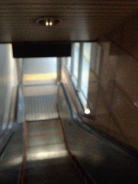 阪神福島駅上りホームエスカレータまた電球切れてる。節電?