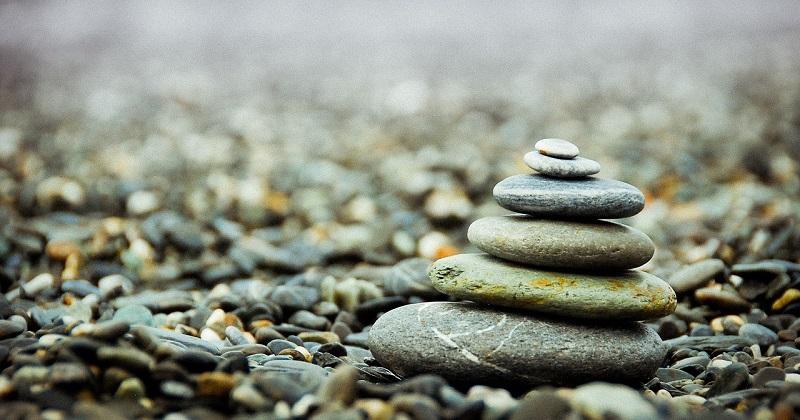 卒塔婆,石を積む