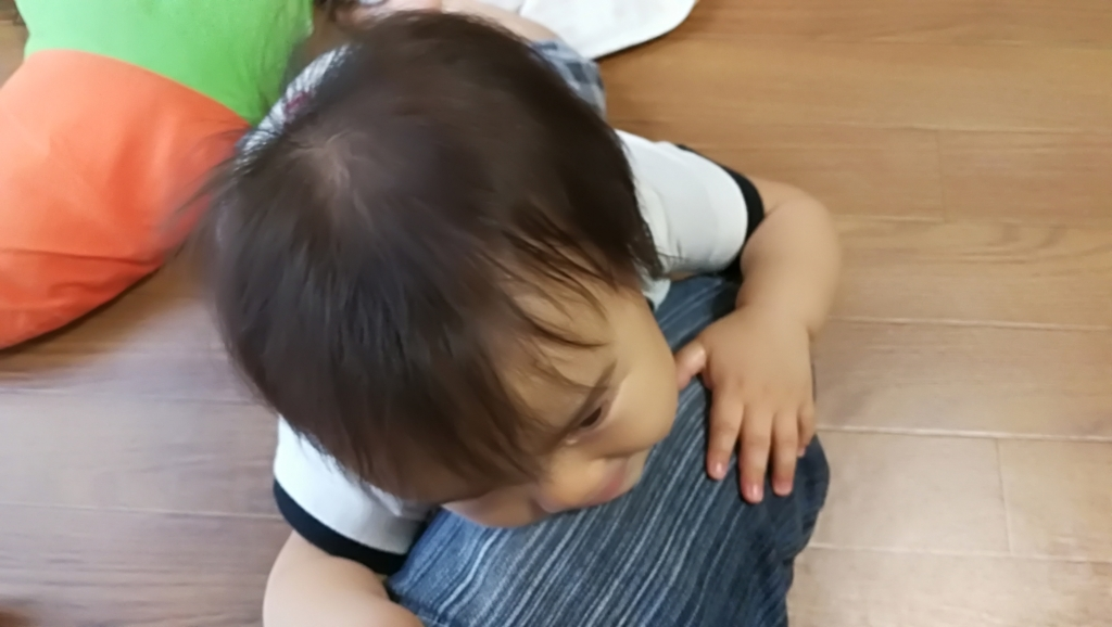 倒れる赤ちゃん