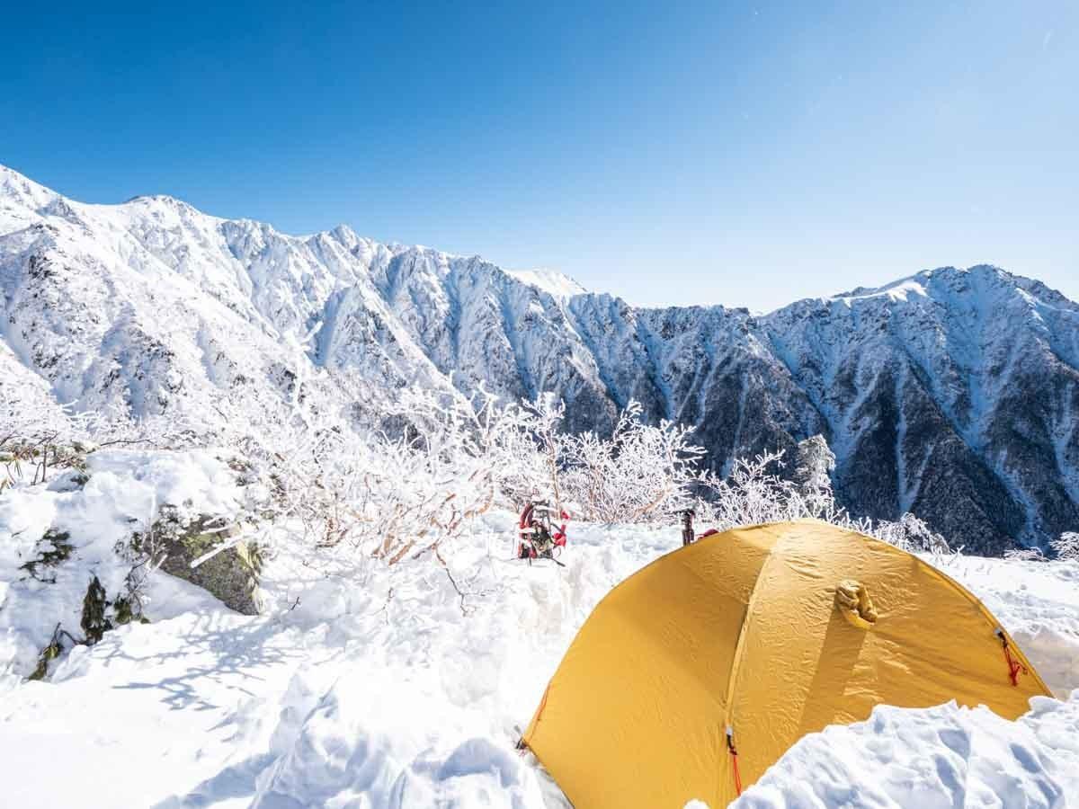 冬の木曽駒ヶ岳・宝剣岳をテントから望む