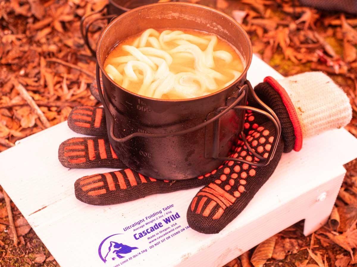 うどんの鍋敷きになる耐熱グローブ
