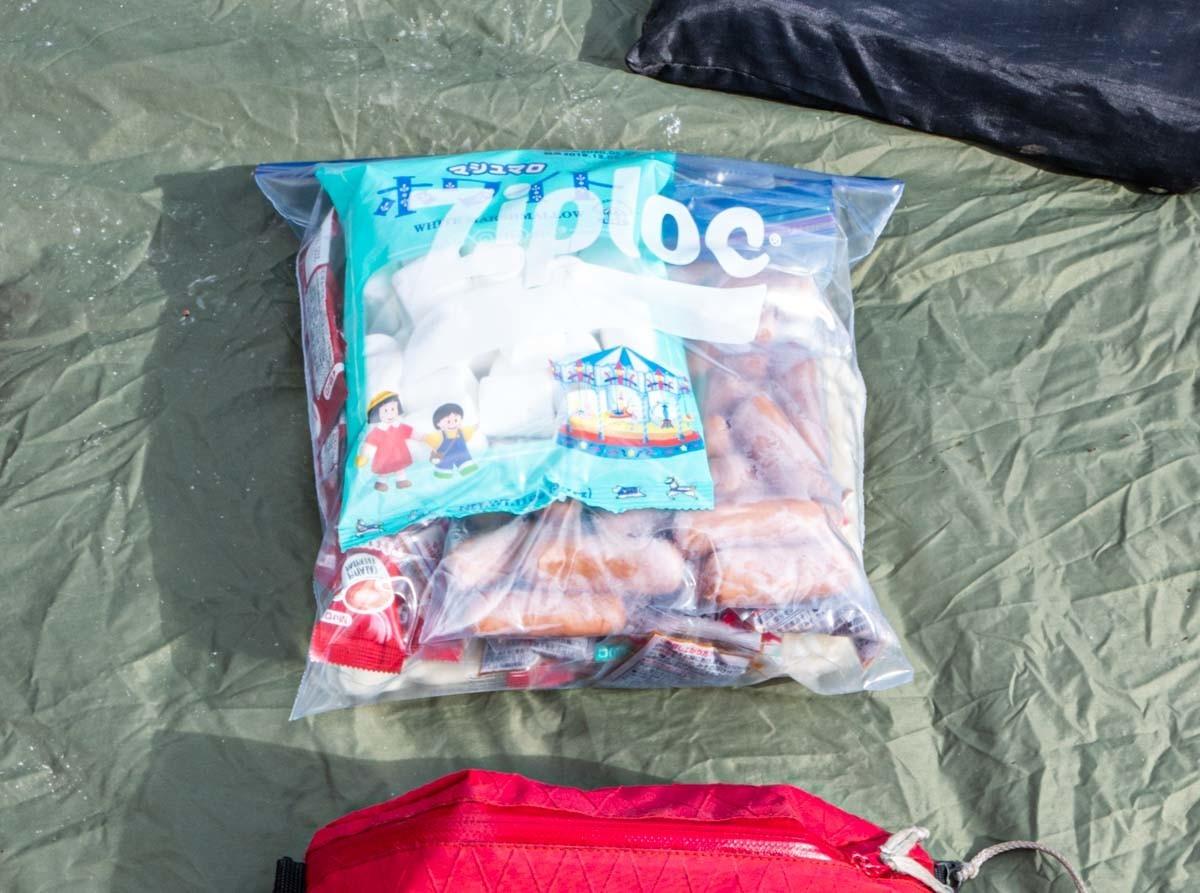 ジップロックに詰めたキャンプの食べ物