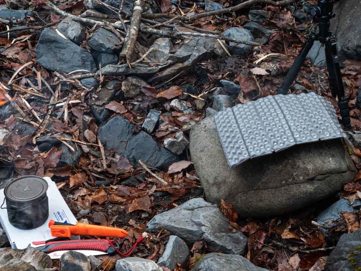 岩の上にZシートソルを引いた