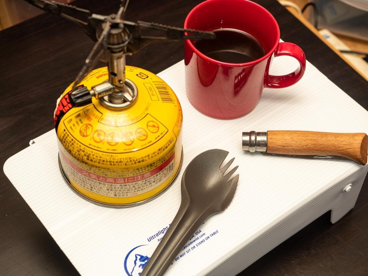 カスケードワイルド ウルトラライトフォールディングテーブルの上に物を並べた