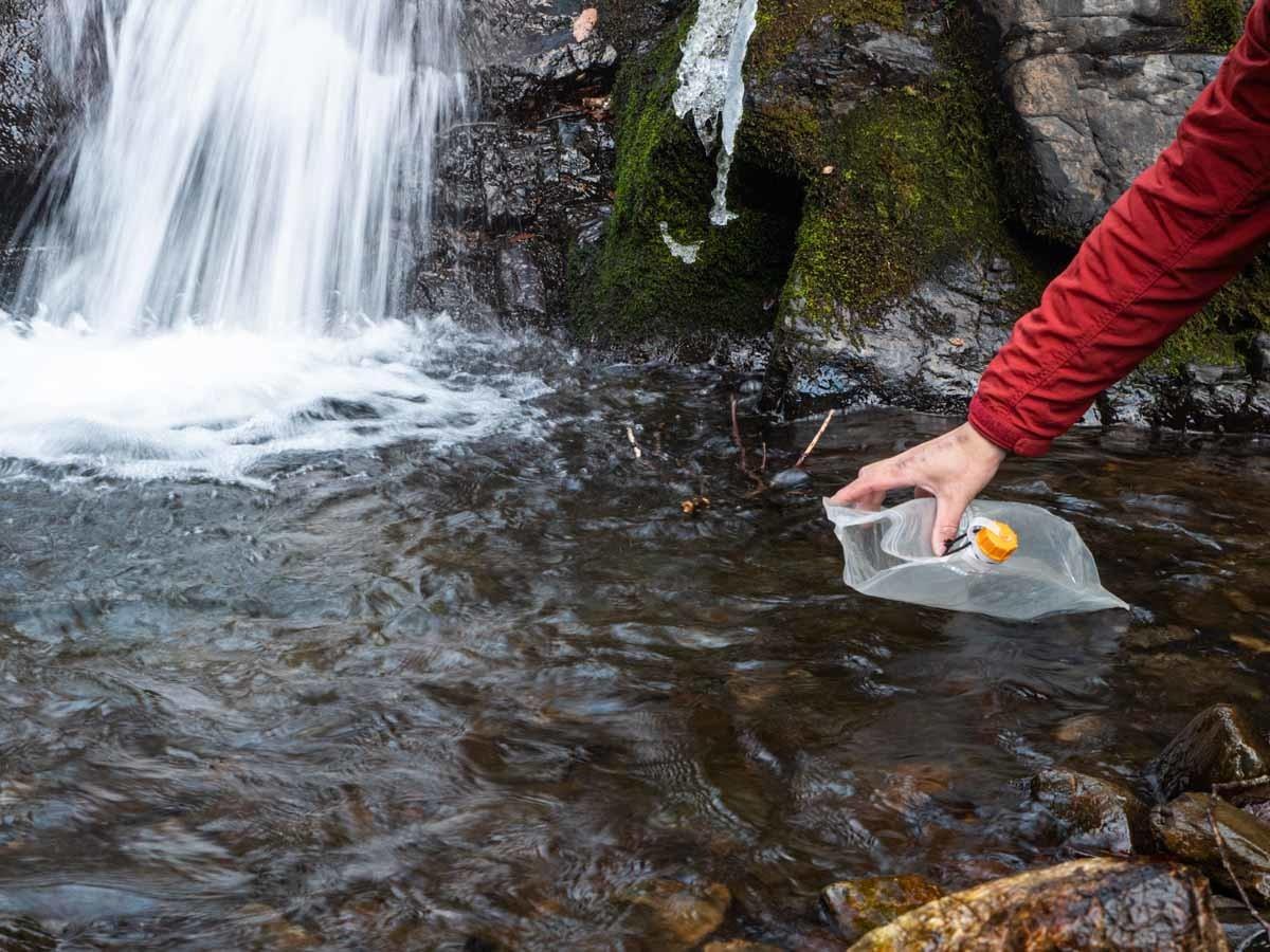 川の水を汲む