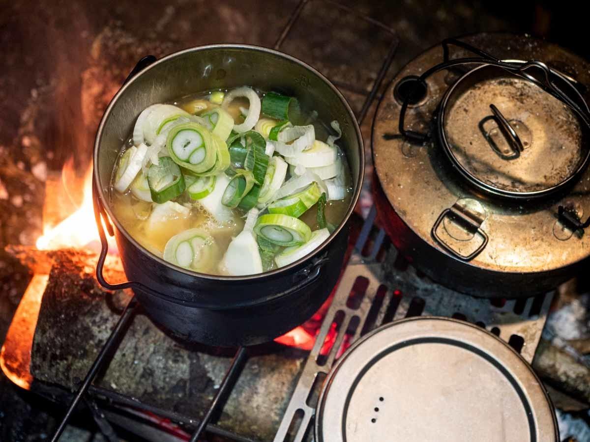 焚き火で鍋うどんとヤカン