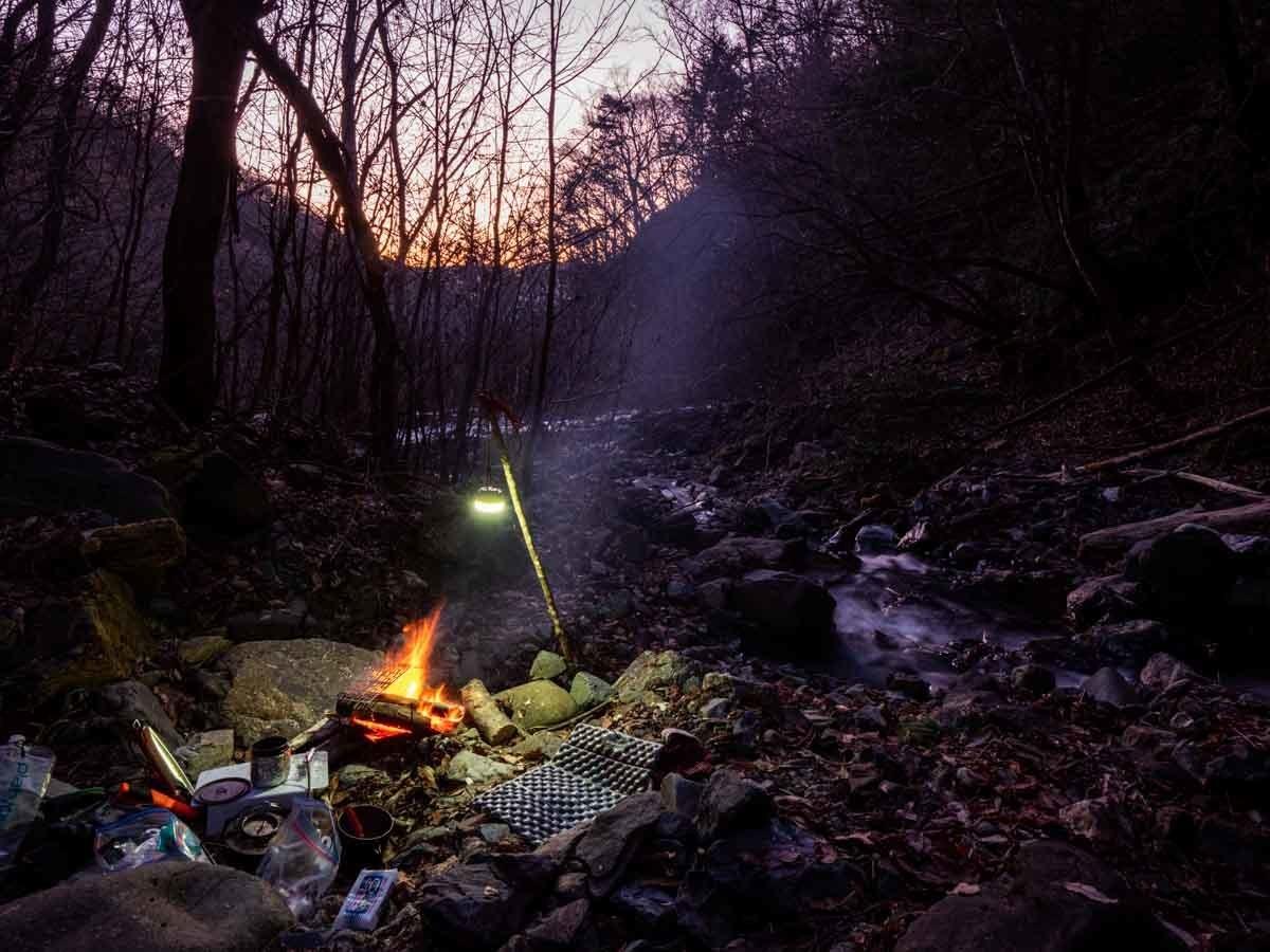明るくなっていくキャンプの朝