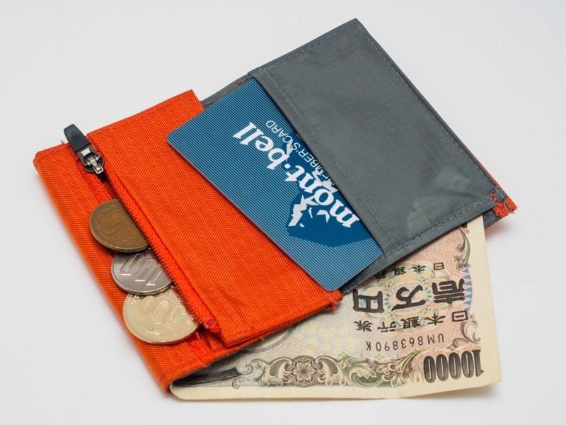 モンベル トレールワレットに札、小銭、カードを入れる