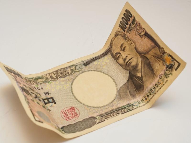 折れ目の付いた1万円札