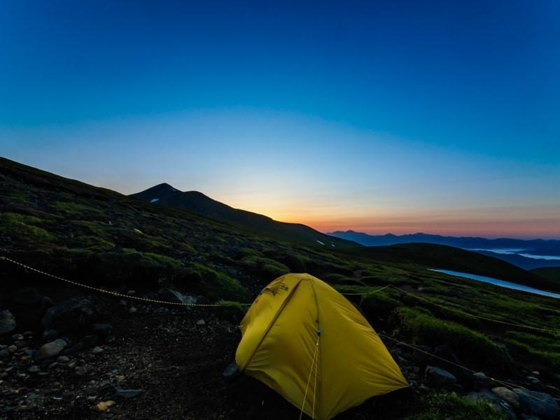 夏山テント泊登山の日の出前
