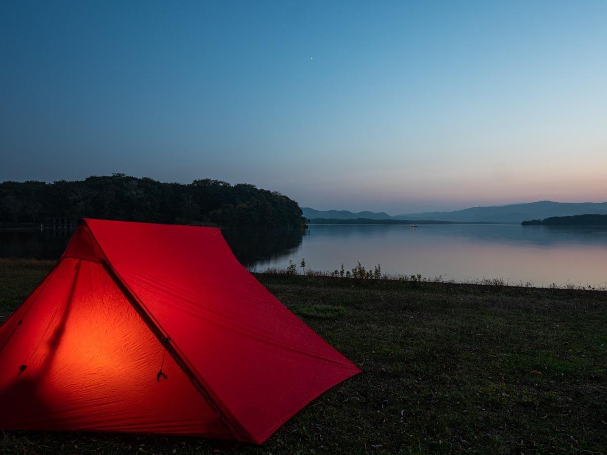ブルーアワーの湖畔に張ったテント